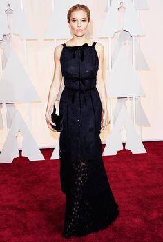 Sienna Miller looks gorgeous in a navy Oscar de la Renta gown (and those cheekbones!) at the 2015 Oscars