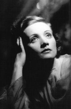 Marlene Dietrich capelli anni 40 #hairstyles haircut #hairhistory #storiadeicapelli