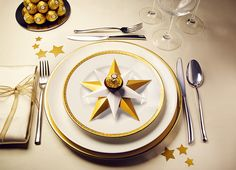 Golden Ferrero Rocher Stars Step 5 You are in the right place about decoration table simple Here we New Years Eve Decorations, Party Table Decorations, Decoration Table, Birthday Decorations, Christmas Decorations, Ferrero Rocher, Cupcakes For Men, Deco Table Noel, Birthday Gifts For Boys