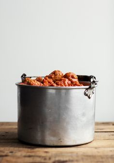 Petit projet cool pour le week-end ❤️ Here's something delicious to cook up over the weekend: Tomato meatball sauce, online now! Meatball Recipes, Dog Food Recipes, Tomato Sauce For Meatballs, Meatball Sauce, Sauce Spaghetti, Pesto Dressing, Confort Food, Cooking Sauces, Sauce Tomate