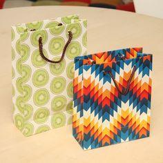 紙袋屋さんに教わった、紙袋の作り方 | DIYで作るオシャレインテリア ... 完成!プロが作るのと同じ紙袋!! そこにたまたまあった紐を使ってしまったんですが、紙袋と同系色にすると統一感がでます。逆に、紐をビビッドカラーにして ...