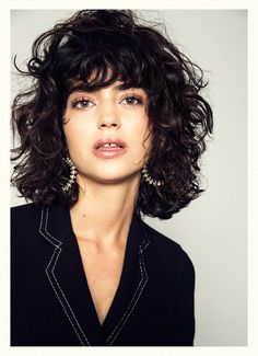 Lots of celebrities these days sport short curly hair styles, but some of them really stand out. When we think of curly short hair, the image of AnnaLynne Curly Hair Styles, Curly Hair With Bangs, Short Curly Hair, Medium Hair Styles, Hair Bangs, Curly Hair Cuts Medium, Layered Curly Hair, Medium Curls, Short Blonde
