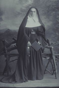 A Sister of Mercy - New Zealand, 1910 Catholic Priest, Catholic School, Daughters Of Charity, Nuns Habits, Sisters Of Mercy, Religion Catolica, Christianity, Vintage Ladies, Portrait