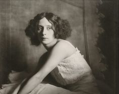 Madame d'Ora: Pionierin der Porträtfotografie in Wien und Paris Josephine Baker, Paris, Fine Art Photography, Portrait Photographers, One Shoulder Wedding Dress, Contemporary Art, Magazine, Wedding Dresses, Drawings