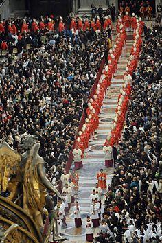 Cardeais entram na Capela Sistina para iniciar eleição de novo papa | Os 115 cardeais que participarão do conclave fecharam as portas da Capela Sistina por volta das 17h30 no Vaticano (13h30 em Brasília). No local, os religiosos ficarão em clausura até definir o substituto do papa emérito Bento 16, que renunciou em 28 de fevereiro. http://mmanchete.blogspot.com.br/2013/03/cardeais-entram-na-capela-sistina-para.html#.UT9m8BxQGSo