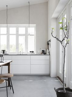 White kitchen with concrete floor. Pella Hedeby, photo by Sara Medina Lind Interior Simple, Interior Desing, Interior Design Inspiration, Cosy Interior, Interior Stylist, Interior Modern, Pella Hedeby, White Kitchen Cabinets, Kitchen Grey