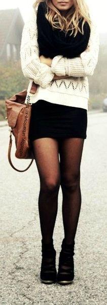 Panty medias Negras y suéter crema. Casual y con mucho estilo.  Cream Sweater + Black Tights