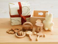 赤ちゃんセット  赤ちゃんセット:年間売り上げ数NO1!! 初めて出会う赤ちゃんのおもちゃは安心自然素材で・・・    自然素材100%あかちゃんにとって安心安全のおもちゃです。 箱の中身は日本の広葉樹がいっぱい詰まっています  大人気につき納期1か月待ち    赤ちゃんセットにはご出産祝い用に、選りすぐれた最高の製品がセットされています。 自然の素材でできたおもちゃなら安心して使っていただけます。  赤ちゃんはおもちゃを手に持って、なめながら形を認識していきます。突き出た大脳と言われる手で、おもちゃを持ち、なめてたしかめます。そして動かしてみます。赤ちゃんはおもちゃの動きを楽しみ、いろいろ試してみることで、おもちゃを通して外界を認識し、学んでいきます。 また、お母さんと赤ちゃんの豊かなコミュニケーションづくりに役立ちます。おもちゃを介してのやり取りは、木のおもちゃならなではのあたたかさが生まれます。…