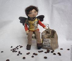 Купить или заказать текстильная кукла Кофейный ангел в интернет-магазине на Ярмарке Мастеров. Кофейный ангел для истинного ценителя кофе. Для своего нового друга приберёг целый мешок ароматных зёрен и кофейную кружку в подарок. Рост 30 см. Руки на проволочном каркасе, подвижные. Сидит с оп…
