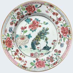 Assiette peinte dans les émaux de la famille rose à décor de paons en porcelaine de Chine d'époque Yongzheng. Compagnie des Indes. Peinte dans les émaux de la famille rose, dans de vibrants émaux, avec au centre un couple de paons. Sur l'aile, un riche décor de pivoines.
