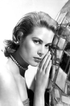 Grace Kelly wearing pearls 1954.  © Everett Collection / Rex Features