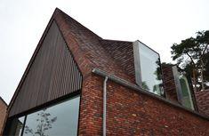 Moderne oplossing voor een dakkapel: het contrast tussen oud en modern versterkt beide! House Roof, Facade House, Modern Brick House, Bungalow Extensions, Glazed Brick, Mansard Roof, Bungalow Renovation, Roof Extension, Suburban House