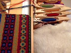 Bound Rosepath on the loom. Five shuttles with colorful Brage wool yarn.