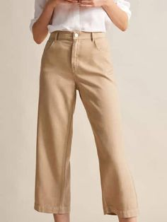 Elegant trousers for women at Massimo Dutti. Find low, mid or high-waisted trousers in black, beige or maroon that combine simplicity & style for this SS Summer Collection, Dress Collection, France Mode, Velvet Blazer, Lookbook, Trousers Women, Women's Trousers, Elegant Woman, What To Wear