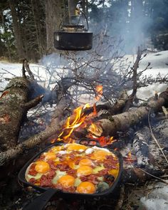 Excellent bushcraft techniques that all wilderness hardcore will most likely want to know today. This is most important for bushcraft survival and will definitely defend your life. Bushcraft Camping, Camping Survival, Survival Mode, Survival Shelter, Outdoor Survival, Survival Tips, Survival Skills, Camping Life, Camping Meals