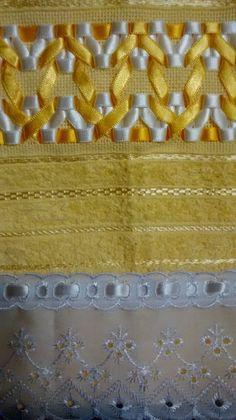 Jogo Toalhas Bordadas com Fita de Cetim  1 Toalha de Banho na cor Amarela  70 x 140 cm  1 Toalha de Rosto na cor Amarela  45 x 80 cm  *Outras cores sob consulta