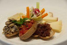 Gran piatto vegetariano (flan di carciofi, crudites, bruschette miste, pecorini) Wine Bar, Bruschetta, Camembert Cheese, Dairy, Food, Vegetarian, Rook, Essen, Meals