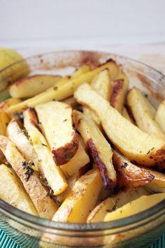 Siamo tutti cresciuti con il profumo inebriante delle classiche patate al forno. Cosa cambierebbe se imparassimo a fare le patate greche al limone in casa? Le patate alla greca al limone si presentano