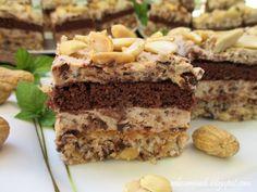 Kakaowy biszkopt w połączeniu z bezą na bazie orzechów ziemnych, kokosa i batoników prince polo oraz z puszystym kremem budyniowym z gorzką czekoladą i prince polo