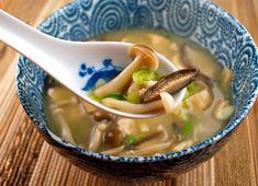 Sopa de missô com cogumelos