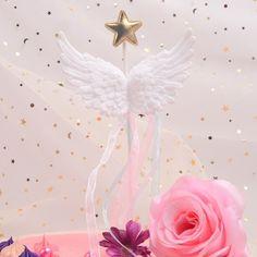 Geef je taart vleugels met deze mooie taarttopper! De vleugels zijn gemaakt van kunststof, aan de vleugels hangen blauw en roze strookjes stof en bovenop is een gouden ster van stof te vinden. Zeer geschikt om bijvoorbeeld een geboortetaart of verjaardagstaart mee te versieren! De taarttopper is 11 centimeter breed en heeft een totale hoogte van 21 centimeter. Cupcakes, Cupcake, Cupcake Cakes, Cup Cakes, Tarts