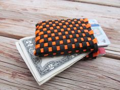 Paracord Wallet...The boys would love making this.  Project on a camping trip.