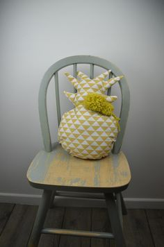 Coussin ananas et pompons moutarde