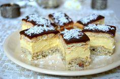 Prajitura cu bezea cu nuca si crema de vanilie Polish Desserts, Mini Desserts, Delicious Desserts, Romanian Desserts, Romanian Food, Cake Recipes, Dessert Recipes, Dessert Ideas, Food Cakes