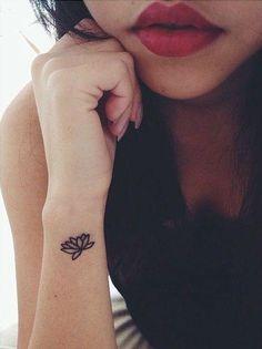 Tatouage délicat fleur de lotus