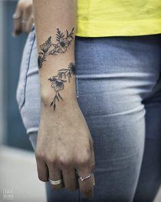 Photo by (yaniilkabarbiie) on Instagram | #flowerstattoo #tatuagensfemininas #tatuagensdelicadas #finelinetattoo #tracosfinos #tatuagemdetracofino #inkedgirl #taty