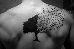 tatouage arbre oiseaux volant haut du dos homme