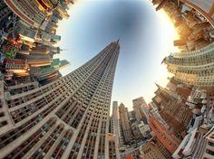 Paisagens retorcidas com um toque de surrealismo são o tema do mais recente trabalho do fotógrafo americano Randy Scott Slavin. Acima, a imagem intitulada Empire State  Foto: Randy Scott Slavin / Rex Features/BBC Brasil