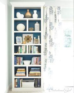 O empotrados, si tienes en tu casa. Estos son estantes Billy de Ikea — ve cómo los transformó aquí.