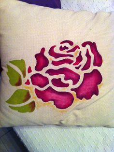 Rosa dipinta su cuscino con colori per tessuto