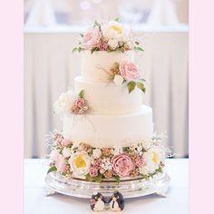Beautiful and delicate wedding cake.  | www.mysweetengagement.com