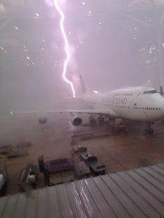 Incredible photo of lightning striking an Air New Zealand Boeing 747 at Brisbane International Airport. Air New Zealand, Tornados, Thunderstorms, Cool Pictures, Cool Photos, Funny Pictures, Epic Photos, Random Pictures, Funny Pics