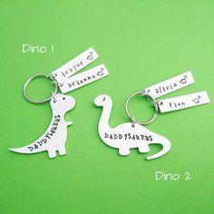 Rawrrrrrr ! Daddysaurus Rex est là pour protéger sa progéniture. Choisir entre Dino 1 et 2 de Dino, choisissez le nombre d'enfants et laisser les noms de l'enfant pour moi dans la boîte intitulée « notes au vendeur » à la caisse. ☆☆Don t oublier * libre * livraison sur toutes les commandes plus de £30 - utiliser FREESHIP30 à checkout.☆☆ ☆☆Click ici pour plus d'idées fête des pères : http://etsy.me/2rbA0nt ☆☆ Pour papa ours trousseaux de clés, cliquez ici : http:/&#x2F...