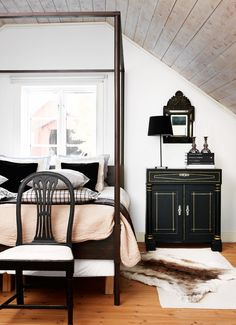 Black four poster bed with pink bedding
