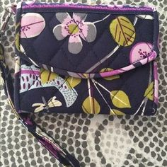 I just discovered this while shopping on Poshmark: Vera Bradley wristlet in…