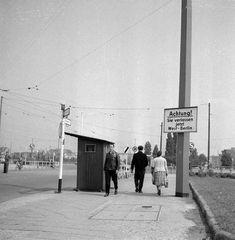 """Potsdamer Platz, 1958. """"Sie verlassen jetzt West-Berlin""""."""