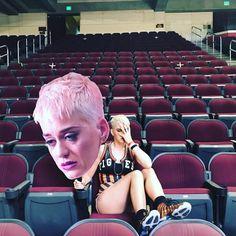 Katy Perry está gravando o clipe oficial de Swish Swish Bish! Só queria um close de Gretchen nesse clipe pra lacrar tudo!