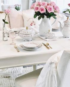 Shabby Chic Interior Design Ideas For Your Home Shabby Chic Interiors, Shabby Chic Cottage, Shabby Chic Decor, Cottage Style, Estilo Shabby Chic, Interior Design Tips, Interior Ideas, Shabby Vintage, Floral Style