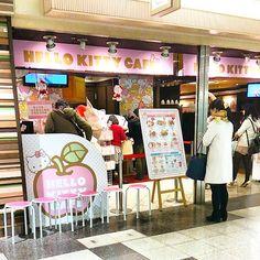 「教室の近くにキティちゃんカフェが出来ました。 店員さんの制服も可愛いし奥には特大のキティちゃんがいて一緒に撮影出来るみたいですよ!  #東亜和裁 #和裁 #hello kitty #カフェ#キティちゃん#栄町#地下」