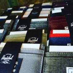 #Tarjeteros #Herschel de varios colores y materiales disponibles en la tienda física y #Online. Consigue la tuya en el Link de la Bio sin gastos de envíos ni aduanas en #Canarias