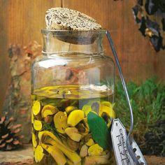 Antipasti-Vorrat selbst gemacht: Bevor die Pilze mit Kräutern in Öl eingelegt werden, kochen sie kurz in einem Essigsud. Zum Rezept: Eingelegte Pilze