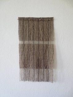 Auf Bestellung, bitte erlauben Sie 3-7 Tage für die Webereien und Veredelungsverfahren. Diese Wallhaning ist vollständig aus einer Kombination von natürlichen Haferflocken Wolle mit japanischen indigo Rohseide Streifen. Kette: Wolle/Indigo Raw Naturseide Schuss: Naturwolle Farbe: