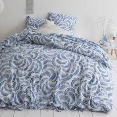 Housse de couette lin lavé imprimé Paélo. Multitude de rosaces bleutées sur fond couleur sable : la housse de couette Paléo est réalisée dans une étoffe en lin lavé. On apprécie l'élégance de son aspect légèrement froissé et sa souplesse, fraiche en été, confortable en hiver. Comforters, Blanket, Collection, Bed, Products, Bedding, Linens, Blue Bed, Lava
