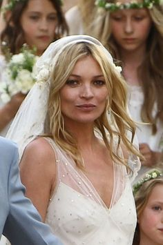 I like how this looks. VERY loose curls Celebrity Wedding Photos, Celebrity Weddings, Simple Wedding Hairstyles, Vintage Hairstyles, Kate Moss, Medium Hair Styles, Short Hair Styles, Retro Wedding Hair, Wedding Stuff