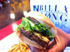 ロコにも旅行者にも大人気のハンバーガー屋さん「テディーズ・ビガー・バーガー」の新店舗が、ドンキホーテの向かいにオープンしましたよ~!