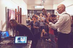 El público observa atentamente y disfruta de este momento mágico donde el arte se presenta en su más pura expresión.